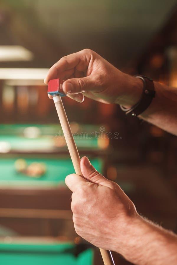 Les mains masculines essuie une réplique avec la craie image libre de droits