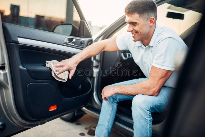 Les mains masculines nettoie l'automobile image libre de droits