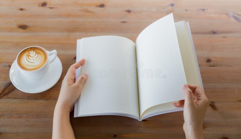 Les mains ouvrent le catalogue vide, magazines, moquerie de livre  image stock