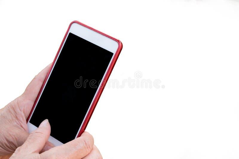 Les mains pluses âgé de femme de l'Asie touchent l'écran vide mobile, utilisant le dispositif intelligent de téléphone Fond d'iso photo stock