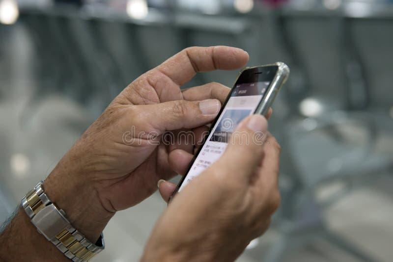 Les mains supérieures tiennent un téléphone intelligent mobile photos stock