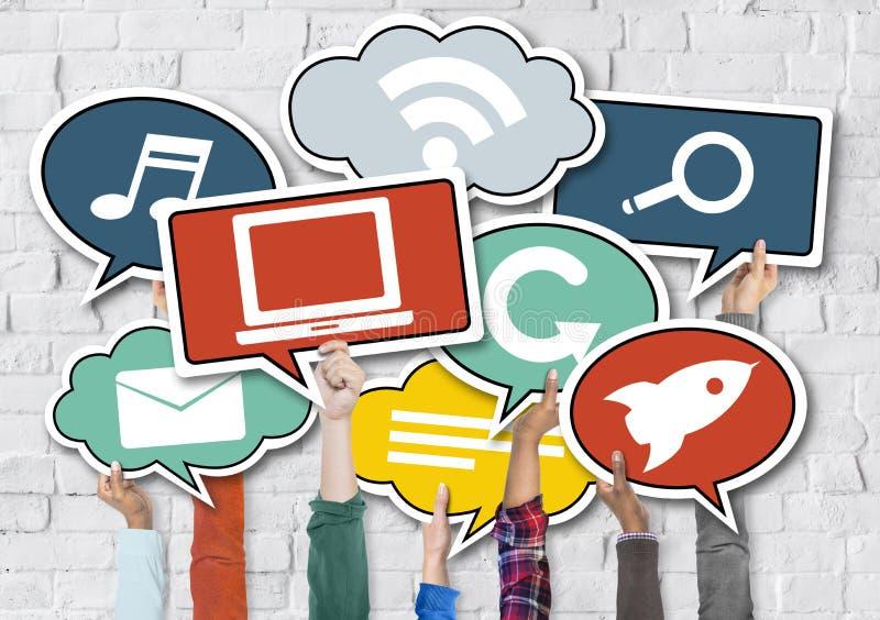 Les mains tenant le discours coloré bouillonne concept social de media illustration libre de droits