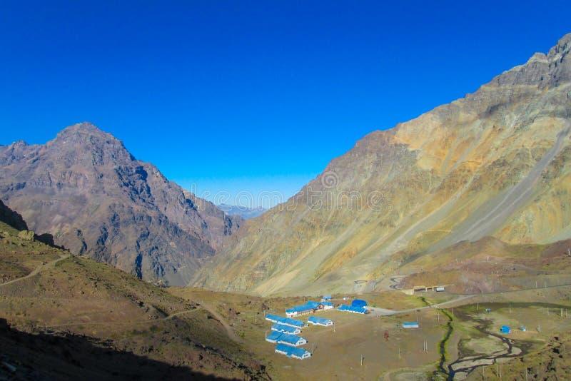 Les maisons bleues de toit sur la montagne Uspallata passent photos stock