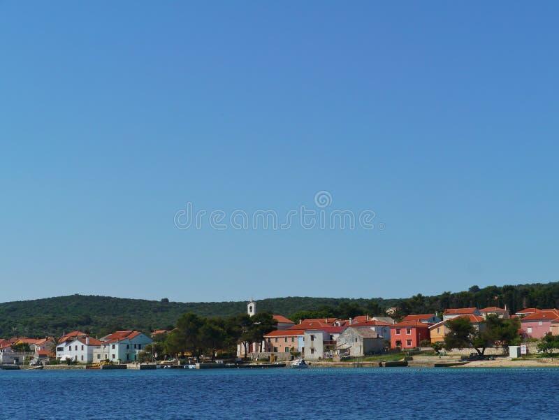 Les maisons colorées du village croate Ilovik image stock