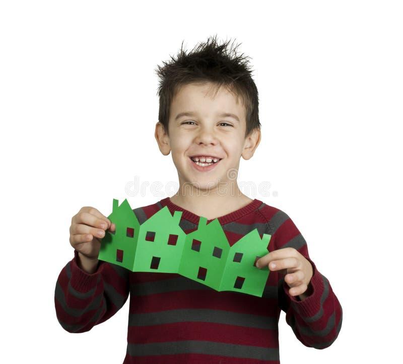 Les maisons de fixation de petit garçon ont effectué le papier d'ââof images libres de droits