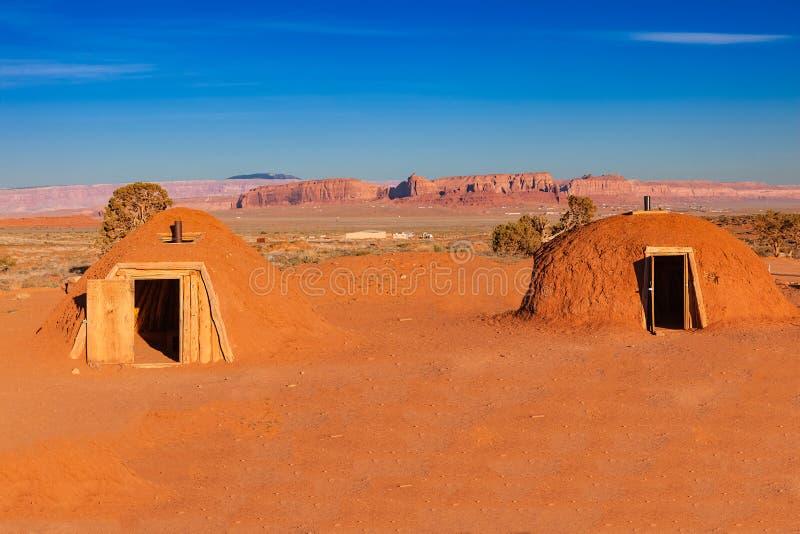 Les maisons de Navajo cuites au four par boue ont appelé Hogans en vallée de monument images stock