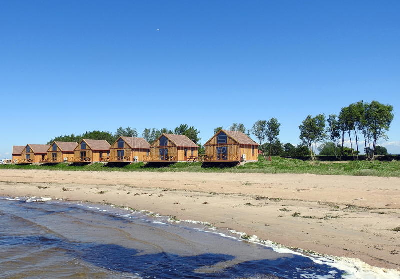 Les maisons de repos s'approchent du lac, Lithuanie photos stock