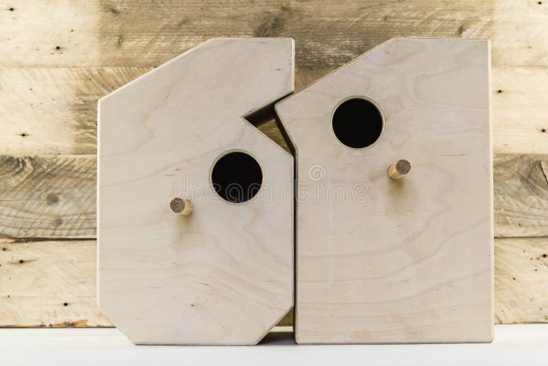 Download Les Maisons En Bois D'oiseau Ont Dedans Formé Des Nombres Sur Un Vieux Fond En Bois Rustique De Planches Photo stock - Image du numéros, maison: 87703186