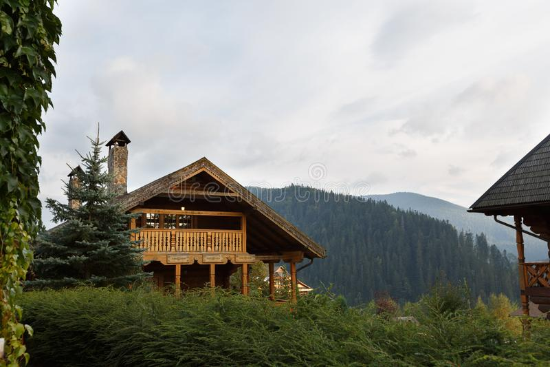 Les maisons en bois de vintage au centre de touristes recourent avec des arbres de bouleau, des herbes d'automne et des usines au photographie stock