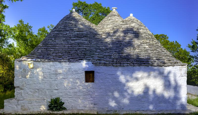 Les maisons en forme de cône typiques ont appelé Trulli dans Alberobello photo stock