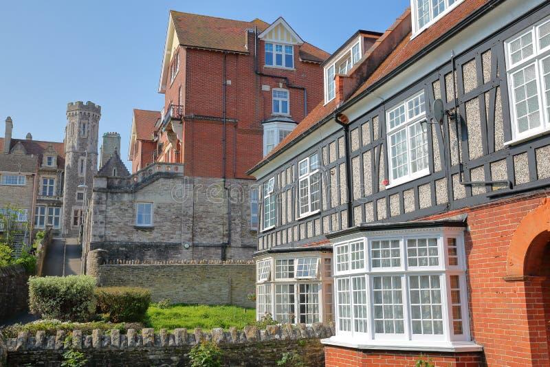 Les maisons médiévales avec des toits de brickstone et de dalle avec Purbeck de construction victorien logent l'hôtel à l'arrière photo libre de droits