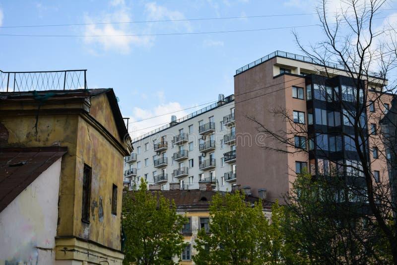 Les maisons modernes se lèvent au-dessus de vieux bâtiments photos libres de droits