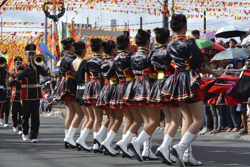 Les majorettes de bande en laiton ont synchronisé la marche pendant l'exposition annuelle de bande en laiton photos stock