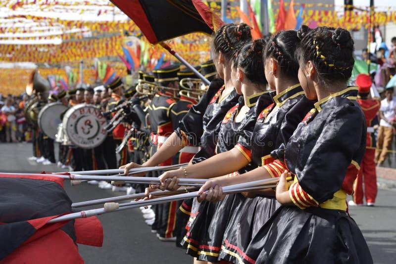 Les majorettes de bande en laiton ont synchronisé la marche pendant l'exposition annuelle de bande en laiton image libre de droits