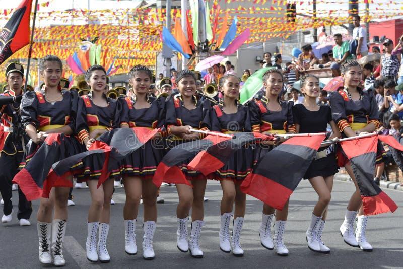 Les majorettes de bande en laiton ont synchronisé la marche pendant l'exposition annuelle de bande en laiton photographie stock