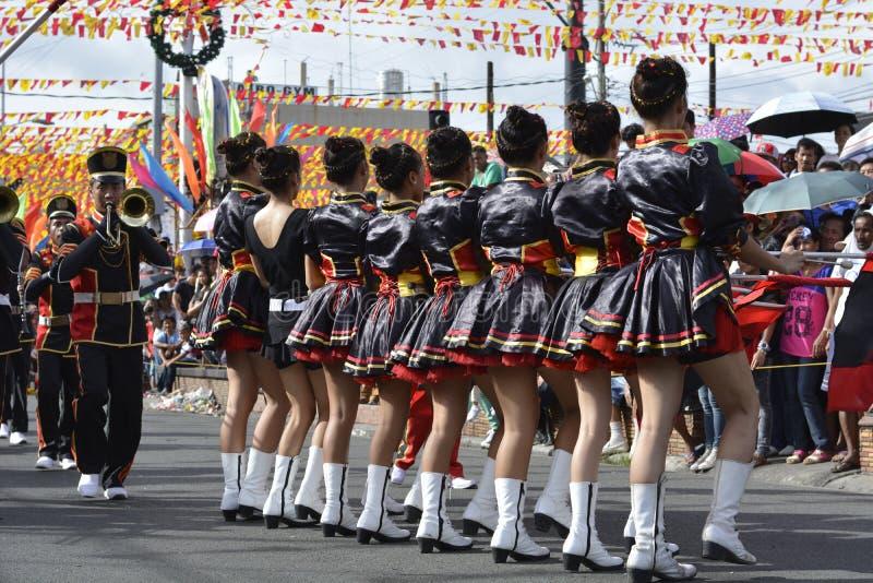 Les majorettes de bande en laiton ont synchronisé la marche pendant l'exposition annuelle de bande en laiton images libres de droits
