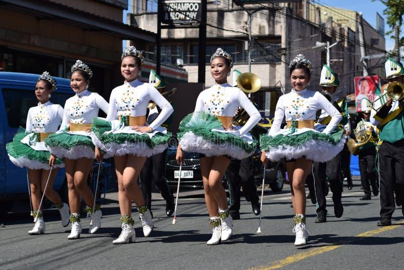 Les majorettes de bande en laiton ont synchronisé marchant pendant l'exposition annuelle de bande en laiton en l'honneur du patro photographie stock