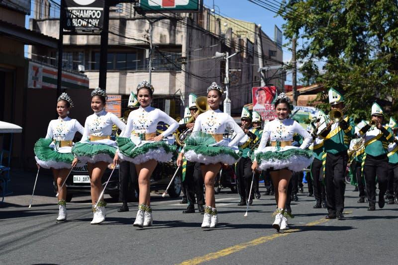 Les majorettes de bande en laiton ont synchronisé marchant pendant l'exposition annuelle de bande en laiton en l'honneur du patro photos libres de droits