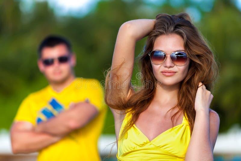 Les Maldives, de jeunes couples pose dans l'appareil-photo sur la plage photographie stock libre de droits