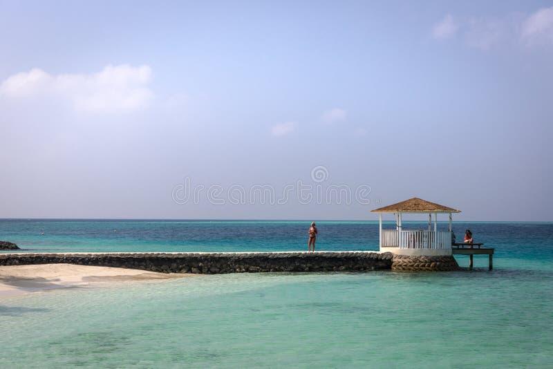 Les Maldives, le 8 février 2018 - touristes appréciant une plage calme, l'eau bleue, climat tropical, aucune vagues dans un jour  photos stock