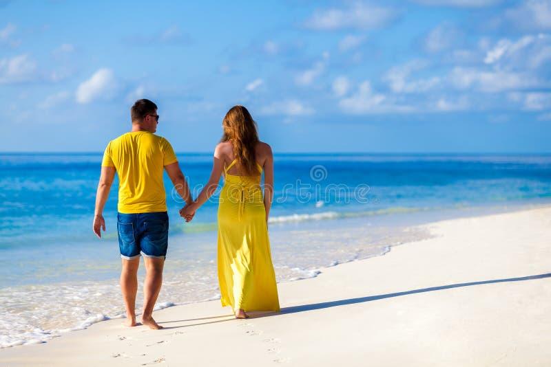 Les Maldives, un couple marchant le long de la plage photos libres de droits