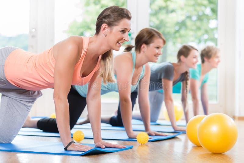 Les mamans dans la régression postnatale courent faisant l'asana de yoga image libre de droits