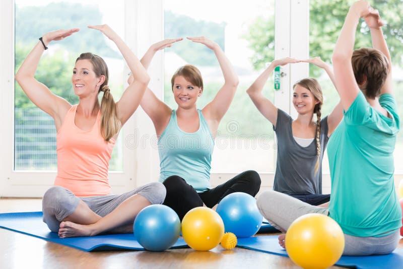 Les mamans dans la régression postnatale courent faisant l'asana de yoga photos stock