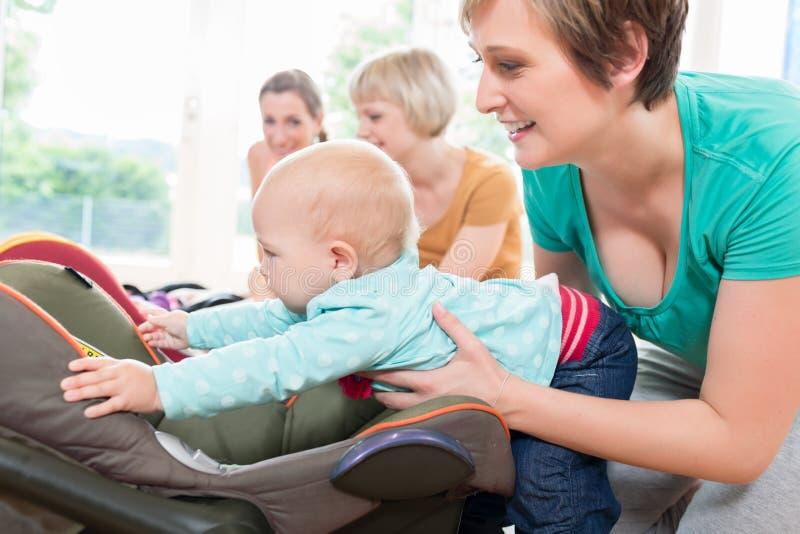 Les mamans et les bébés dans la mère et l'enfant chassent la pratique image stock