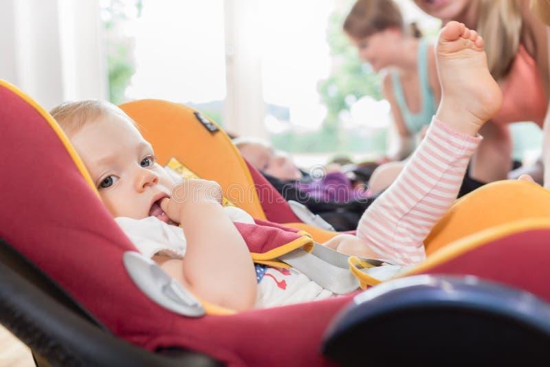 Les mamans et les bébés dans la mère et l'enfant chassent la pratique avec le bébé photos stock