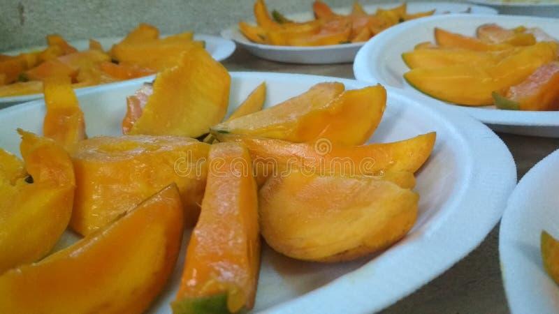 Les mangues délicieuses mangent le plein plat images stock