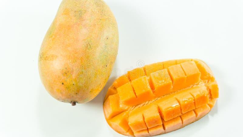 Les mangues mûres à l'arrière-plan blanc/ont coupé en tranches la mangue délicieuse pour manger photos stock
