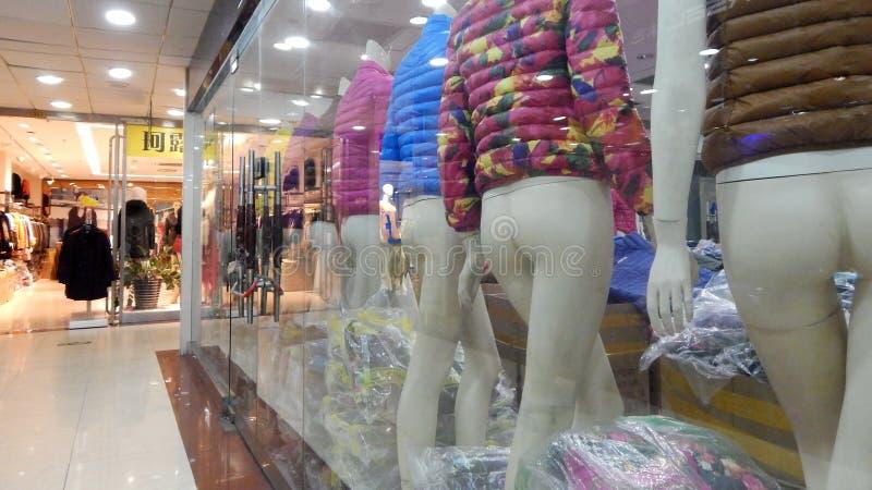 les mannequins dans la fenêtre du complexe de magasins photos stock