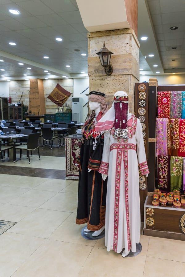 Les mannequins dans les vêtements des femmes jordaniennes nationales sont dans le magasin de bord de la route - restaurant sur la photographie stock libre de droits