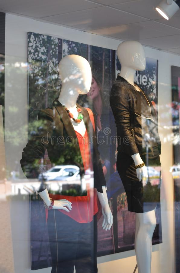 Les mannequins en été vêtx de la fenêtre de boutique images stock