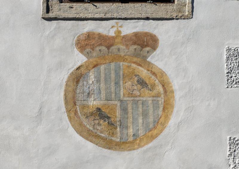 Les manteau-de-bras de Schwarzenbergs ont peint sur un bâtiment, Cesky Krumlov, République Tchèque photo stock