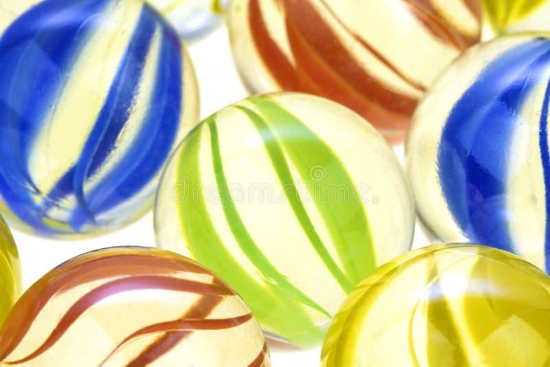 Les marbres en verre colorés, se ferment  photographie stock libre de droits