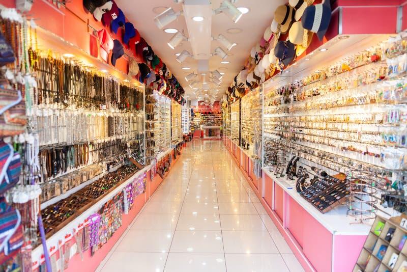 Les marchandises de souvenir accrochent dans un magasin dans Alanya photo libre de droits