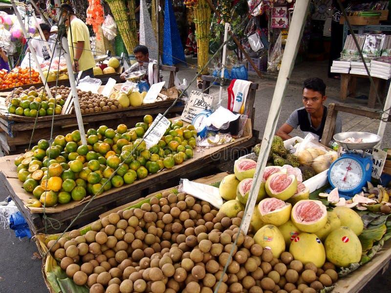 Les marchands ambulants vendent un grand choix de fruits frais photographie stock libre de droits