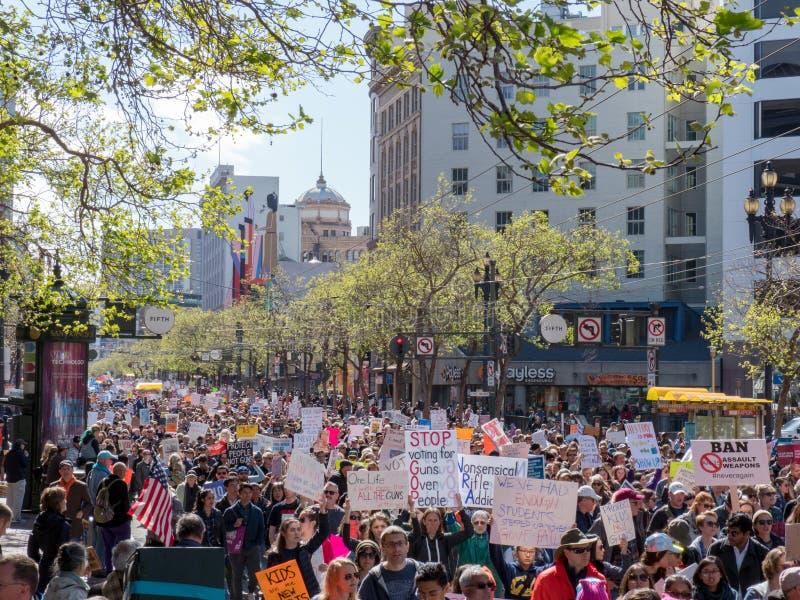 Les marcheurs chez mars pendant nos vies se rassemblent dans la traversée lancent vers le bas le St sur le marché photographie stock