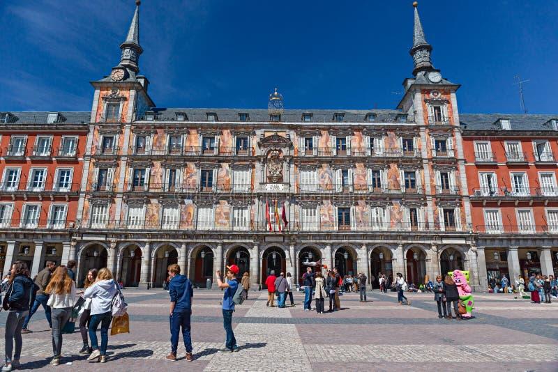 Les marcheurs et les marcheurs peuplent le maire central de plaza à Madrid photos libres de droits