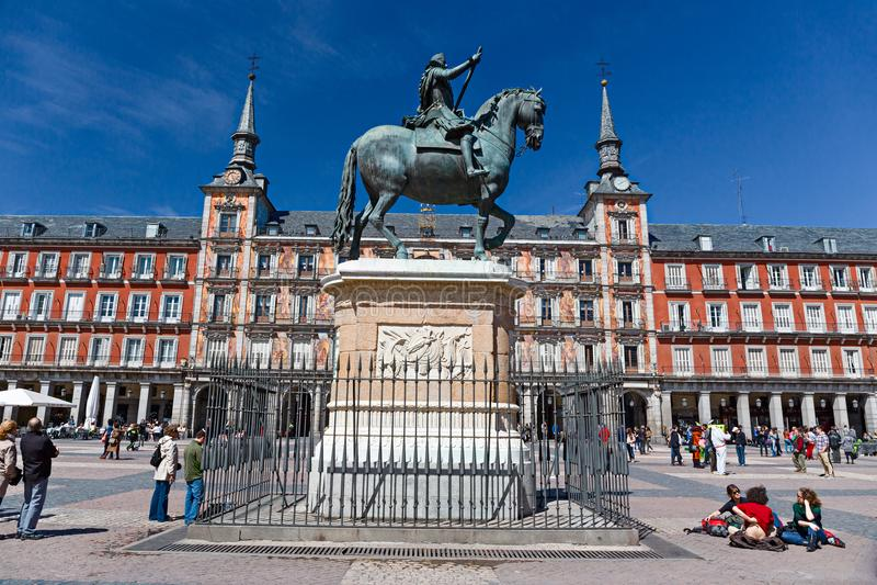 Les marcheurs et les marcheurs peuplent le maire central de plaza à Madrid photographie stock libre de droits