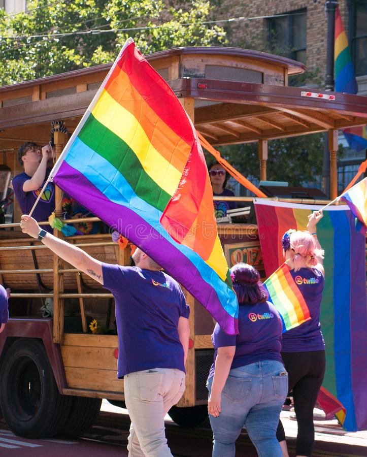 Les marcheurs tiennent le drapeau de LGBT chez le San 2017 Francisco Pride Parade images stock