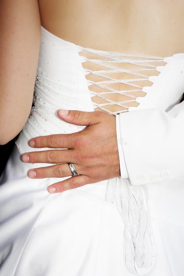 Les mariés remettent sur l'o arrière image libre de droits