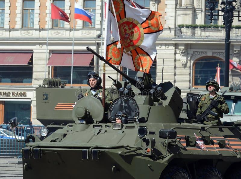 Les marines dans la répétition d'honneur de la victoire défilent à Moscou sur le BTR-82A (la modernisation profonde de BTR-80) images libres de droits