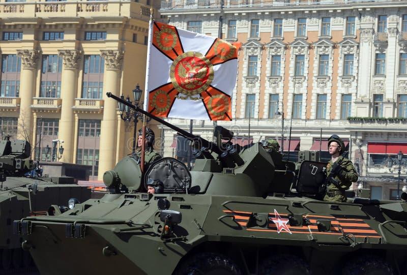 Les marines dans la répétition d'honneur de la victoire défilent à Moscou sur le BTR-82A (la modernisation profonde de BTR-80) photo libre de droits
