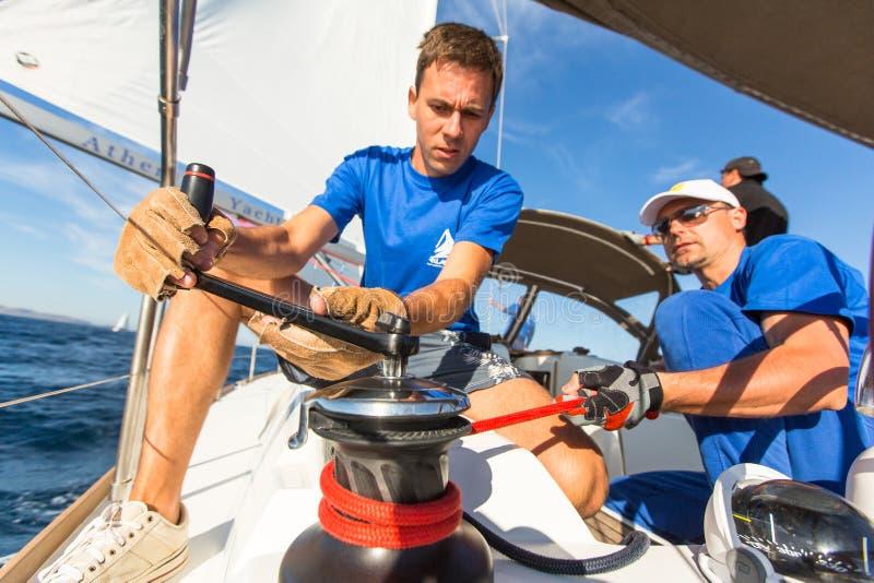 Les marins non identifiés participent à la régate de navigation image stock