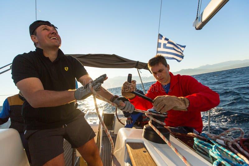 Les marins non identifiés participent à la régate de navigation photographie stock libre de droits