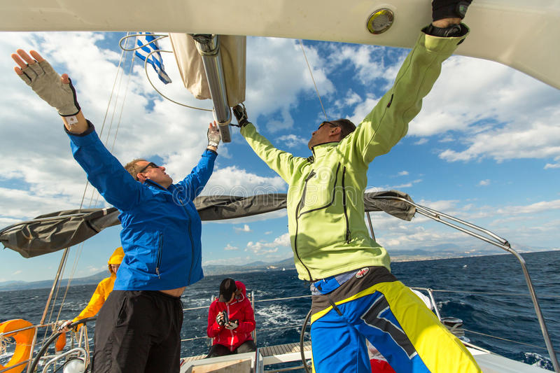 Les marins non identifiés participent à la régate de navigation images stock