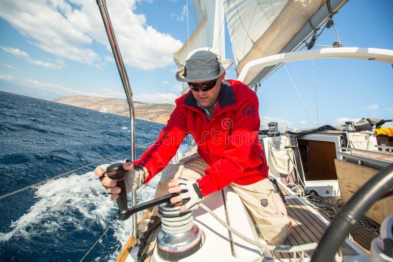 Les marins participent à la régate le 12ème Ellada de navigation photos libres de droits