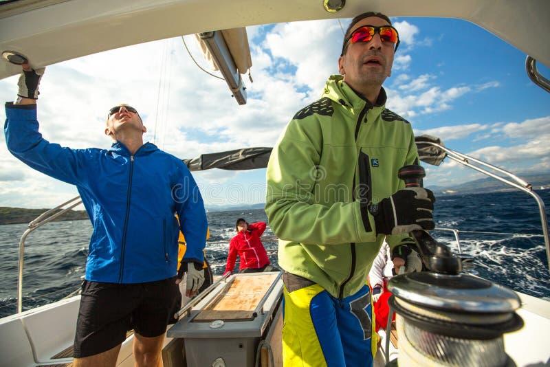 Les marins participent automne 2014 d'Ellada de régate de navigation au 12ème parmi le groupe d'île grec en mer Égée image stock